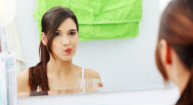 DIY: HOMEMADE MOUTHWASH WITH MINT