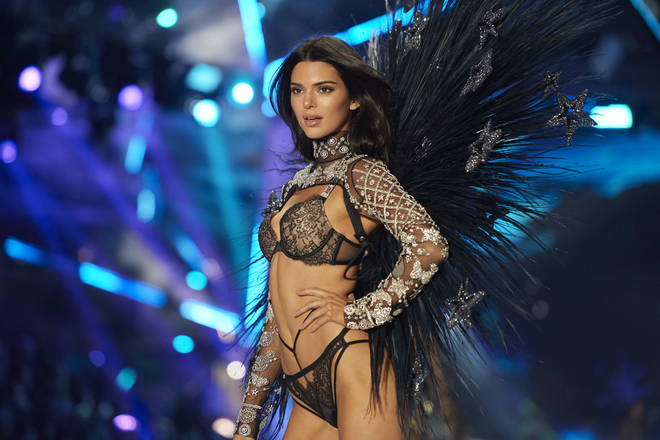 Why Victoria's Secret tops did not wear a highlighter on the catwalk?