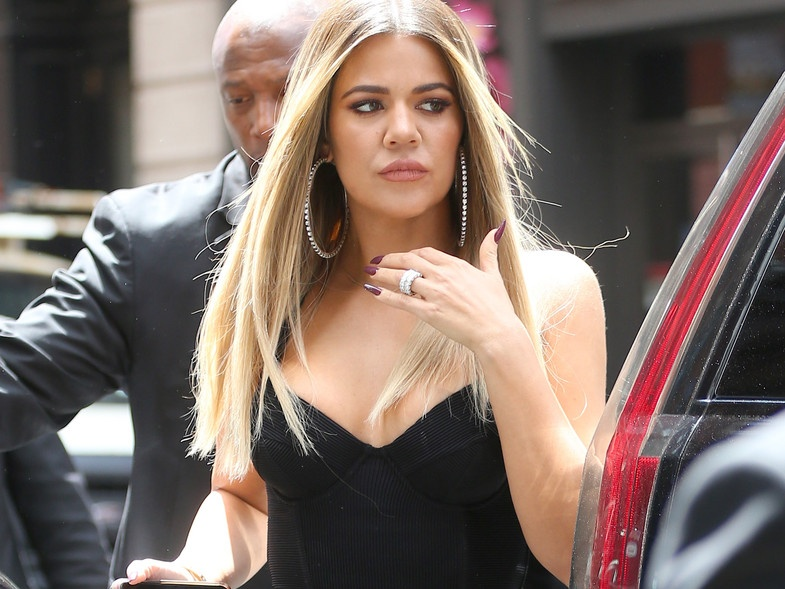 THE WOMAN WITH THE 14 FINGERS: THIS HAS BEEN THE LAST AND TRONCHANTE 'PHOTOSHOP FAIL' OF KHLOE KARDASHIAN