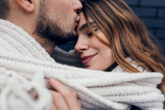 9 powerful meanings of the kiss on the forehead