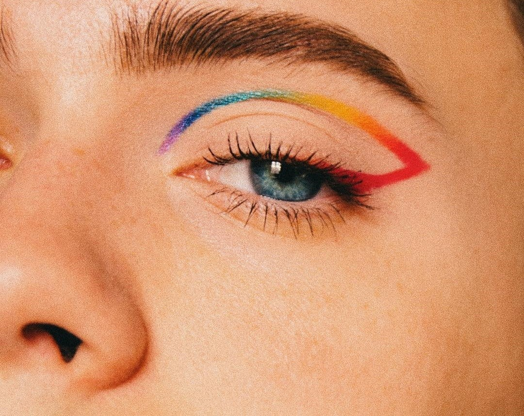 The rainbow sneaks into our makeup to celebrate the month of the LGTB Pride in style